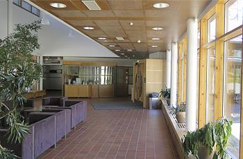 Hvittorpin päärakennuksen aula viherkasveineen.