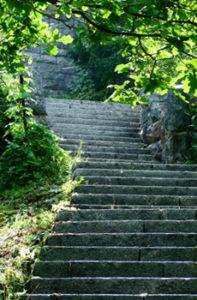 Hvittorpin linnan vanhat kiviportaat johtavat rantaan.