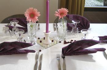 Pöytä on katettu ruokasaliin.