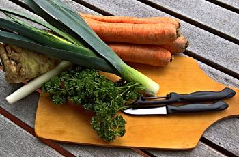 Keittiössä käytetään kauden tuoreita kasviksia.