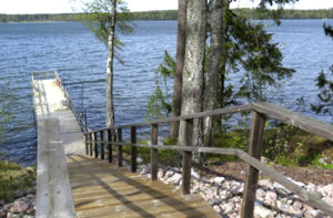 Saunasta pääsee uimaan Vitträsk-järveen ympäri vuoden.