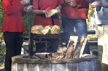 Ruokaa voi laittaa myös ulkona pikkusaaressa.