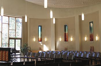 Kappelissa on taiteilija Hannu Konolan lasimaalaukset.