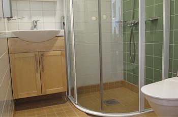 Huoneissa on omat suihku- ja wc-tilat.